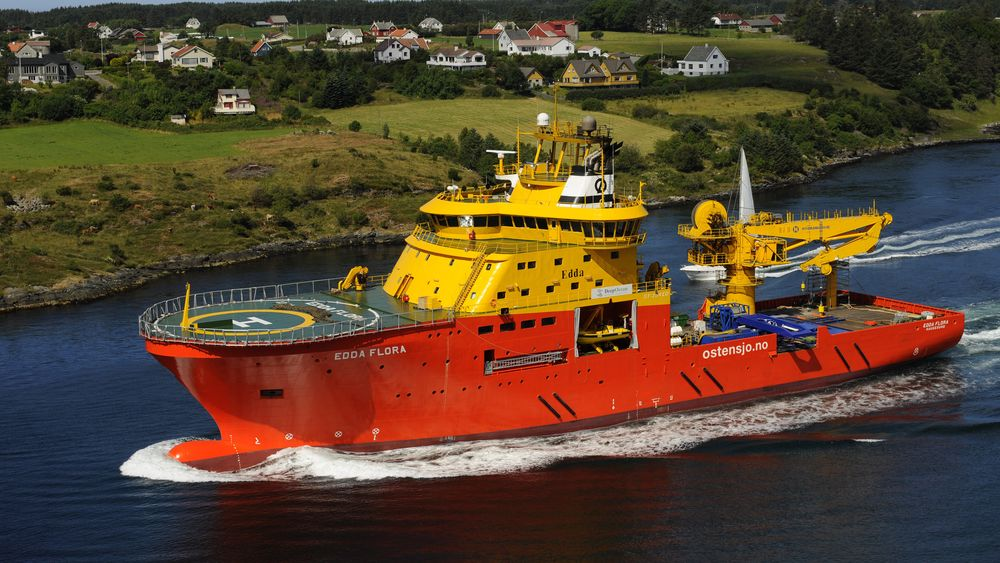 Edda Flora ble levert fra Karmsund Maritime i 2008. Det er et lett konstruksjonsskip på 95 meter med 50-tonns kran, moonpools og ROV-er.