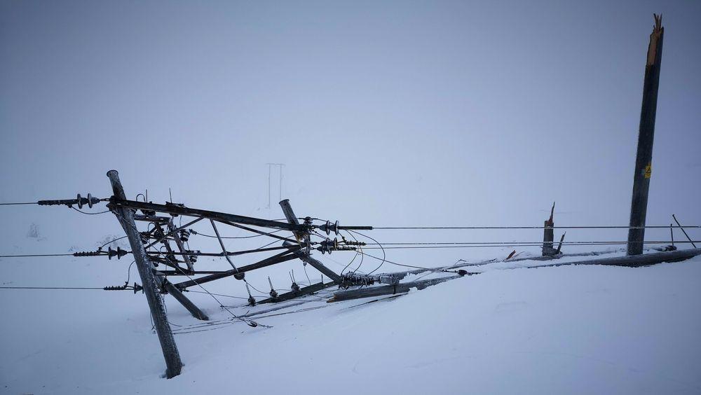 Minst 16 høyspentmaster er revet over ende ved Rjukan i Tinn kommune. Et Statkraft-anlegg og et Avinor-anlegg drives nå med aggregat.