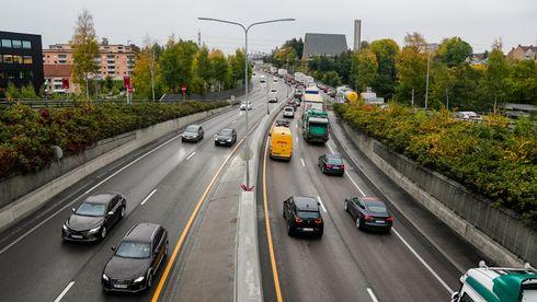 Kø på E6. Elbiler reduserer utslippet av gasser og partikler fra forbrenning, men ikke de partiklene som ikke stammer fra forbrenning. En OECD-rapport hevder dette er en glemt kilde til forurensing, som må tas hensyn til.