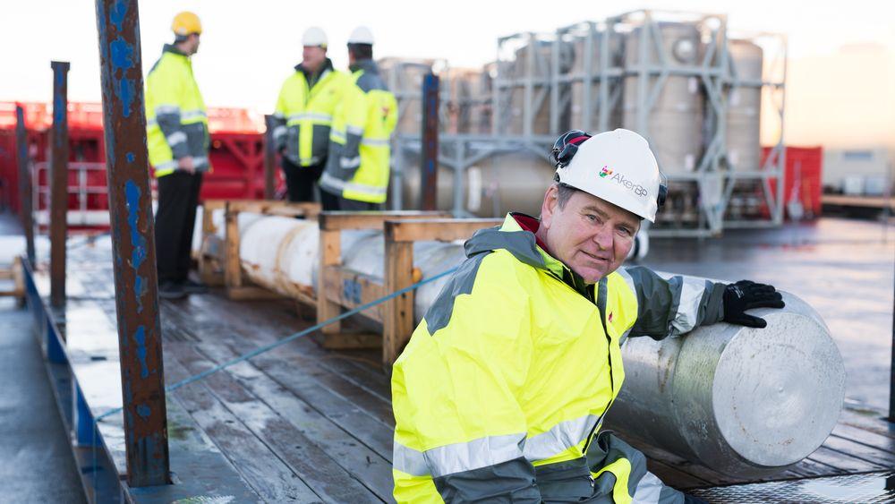 Martin Straume, fagleder for brønnplugging i Aker BP, ved siden av en bismuth-plugg. Selskapet tester nå metallet til å plugge brønner på Valhall-feltet, sammen med teknologileverandør BiSN.