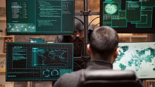 En operatør følger med på flere dataskjermer.