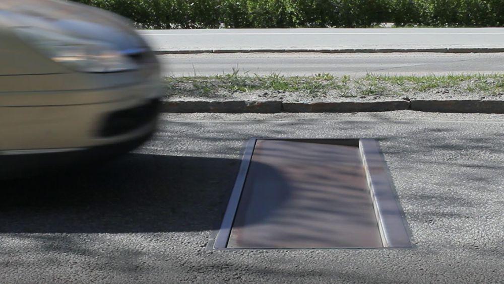Farten til føreren måles av en radar. Kjører du over fartsgrensen senkes stålplaten seks centimeter og skaper en hard dump for bilen.