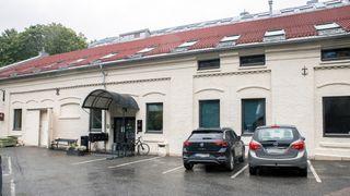 Kontorlokalene i Nydalen: Et gult, lavt murbygg.