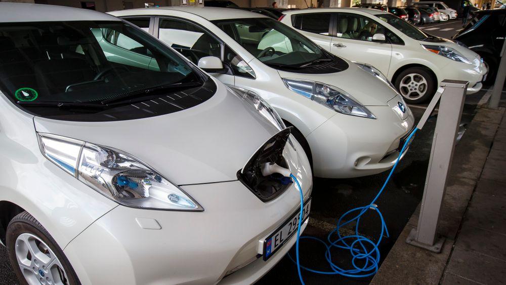 Elbiler til lading i Oslo. Panasonic, Hydro og Equinor vurderer nå å bygge en stor fabrikk i Norge for produksjon av batterier til elbiler.