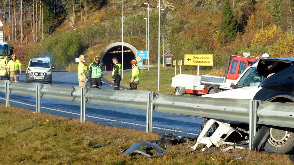 20. oktober 2019 omkom to personer som satt i baksetet i en stasjonsvogn da en varebil kom over i feil kjørefelt.