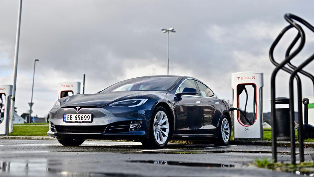 Tesla Model S ved en Supercharger i Lyngdal.