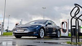 Tesla setter opp ladeprisen. Ford tilbyr lavere pris