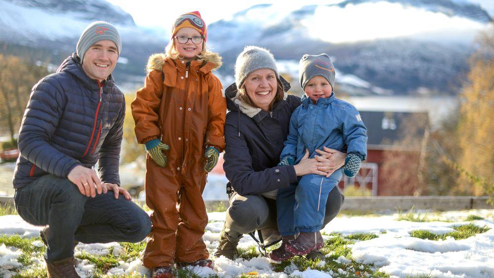 Tor Martin Iversen og Ingeborg Lunde ville at barna Kjersti (4) og Johannes (2) skulle få den samme landlige oppveksten som de selv hadde. – Her har vi funnet en base som er hjemme, og nær naturen og alle aktivitetene vi er glade i å drive med, sier de.