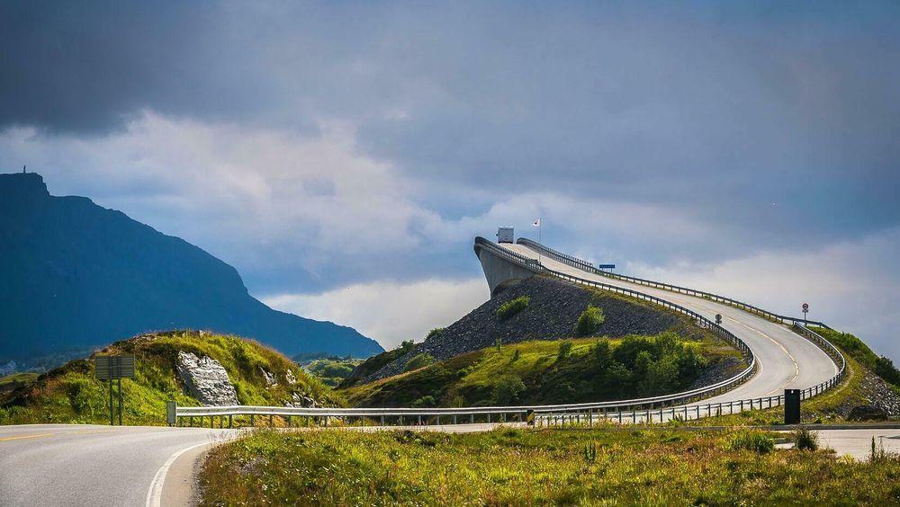 Det har vært en stor debatt i Midt-Norge rundt den samfunnsøkonomiske nytten til nye motorveier. Bildet viser Atlanterhavsveien på Averøya på Nordmøre.