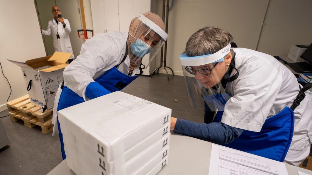 Farmasøyt Ellen Bergh, avdelingsleder Samira Benaissa og leder for Sykhusapotekene Jalil Djahromi mottar den første leveransen til Norge med 9.750 doser av koronavaksinen, utviklet av Pfizer og Biontech