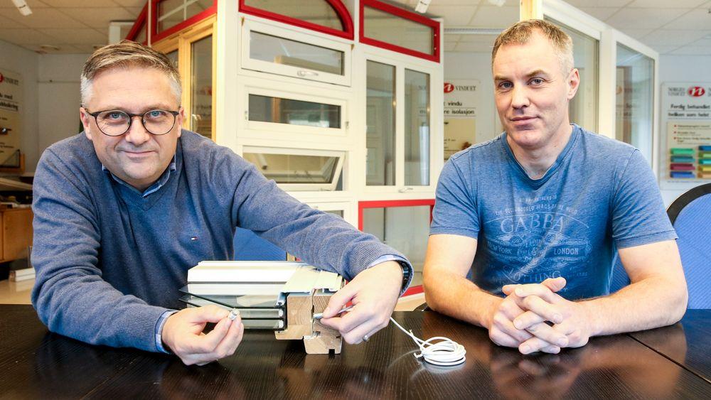 Teknisk sjef Kent Tryggestad og daglig leder Hans-Roger Starheim i Norgesvinduet Bjørlo viser hvordan en magnetkontakt fra Siemens kan integreres i vinduet og kobles til strømnettet slik at vinduet blir en del av automasjonen i et bygg.
