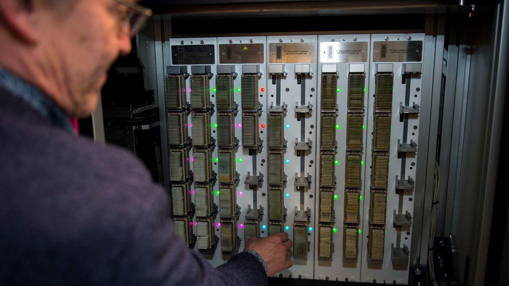 Verdens raskeste preparatskanner: Produsert av 3DHistech i Budapest for bruk innen patologi og cytologi, P1000-skanneren har vist seg anvendbar også innen palynologi. Her ser vi preparatmagasinene som plasseres i skanneren. Det er plass til 1000 preparater. Roboten henter disse en etter en og flytter dem til mikroskop-delen av maskinen.