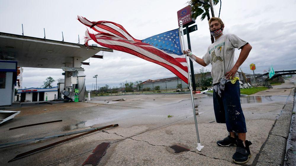 Orkanene som i år har feid inn over USA og Karibia, har ført til store kostnader for forsikringsselskap. Her var Dustin Amos ute og så på skadene etter orkanen Laura i Lake Charles 27. august.
