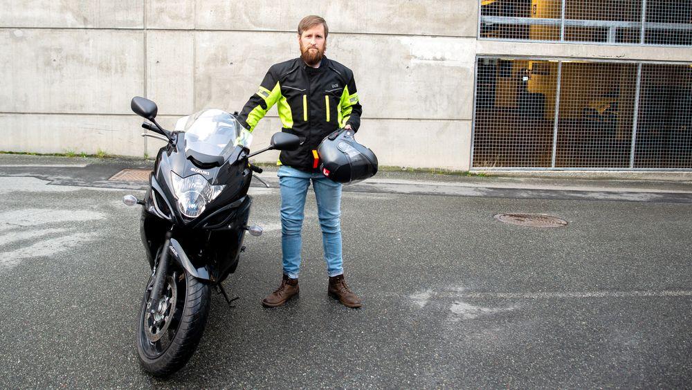 Hjelmen med Daals system i har vært teknisk sjef Sigmund Birkelands daglige hjelm siden han tok MC-førerkortet i sommer. – Det er kult å tenke på at jeg er den eneste i Europa som kjører med aktiv støydemping i motorsykkelhjelmen, sier han.