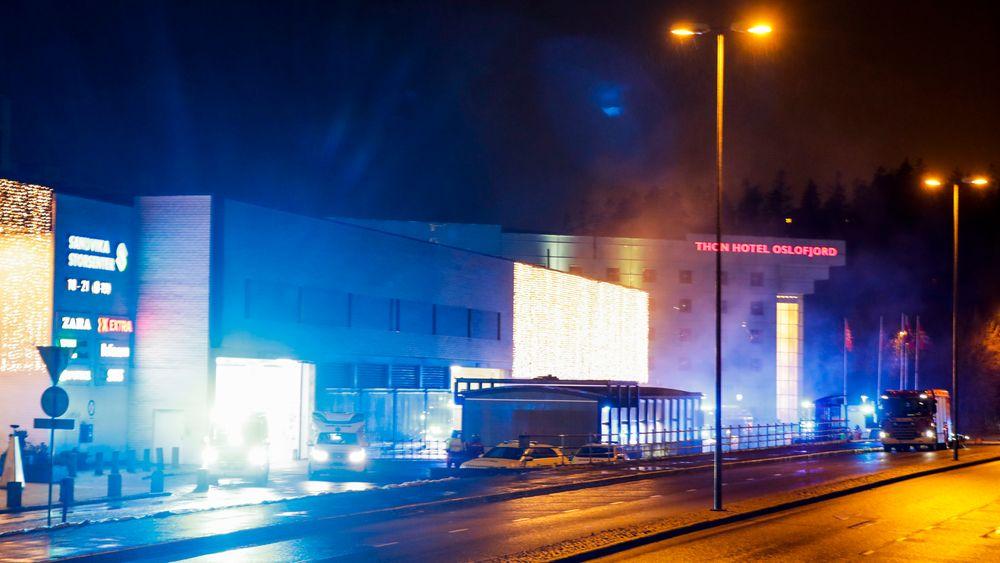 Det var stor røykutvikling da det brant i en bil i parkeringshuset på Sandvika storsenter.