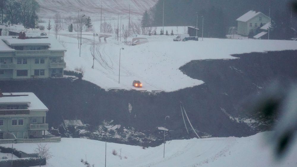 Norges vassdrags- og energidirektorat (NVE) sendte geologer til stedet natt til onsdag for å bistå politiet og få oversikt over omfanget av skredet, om det er trygt å ta seg inn i området og kartlegge eventuell fare for nye skred.