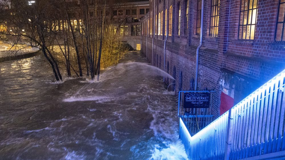Det er for tiden stor vannføring i Akerselva i Oslo. Flere bedrifter har fått vann i kjelleren. Her fra området rundt Mathallen.