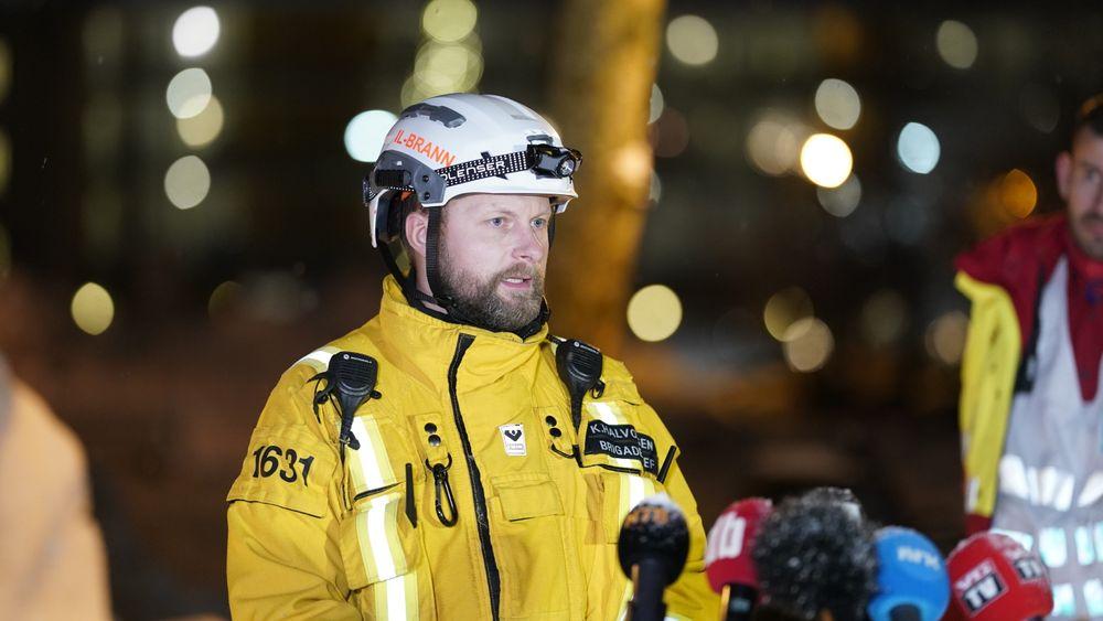 Brigadesjef Knut Halvorsen sier at redningsarbeidet vil fortsette på bakkenivå gjennom natten etter at et lite område er blitt sikret nok til at det anses som forsvarlig.