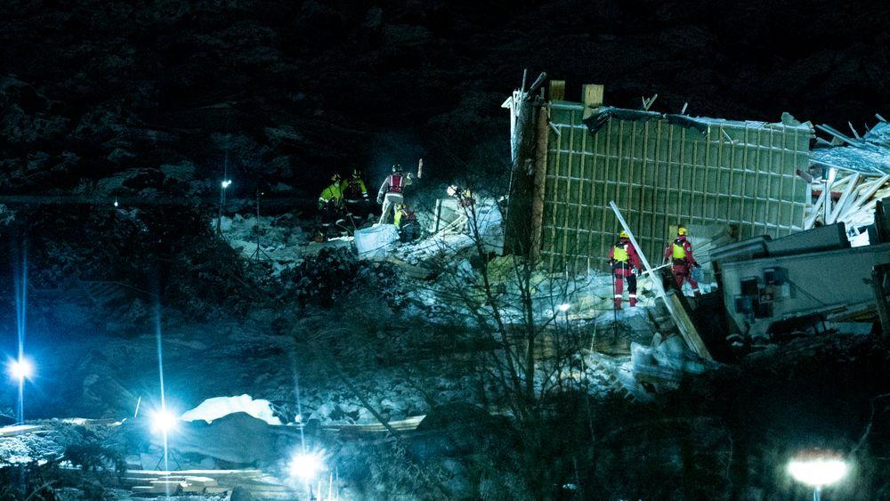 Redningsmannskaper i aktivitet i rasområdet ved Ask i Gjerdrum søndag kveld. Flere boliger ble tatt av jordskredet, og tre personer er fremdeles ikke funnet.
