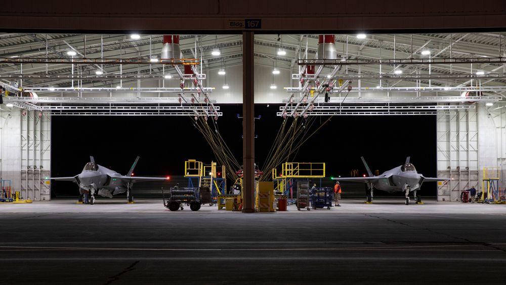 Lockheed Martin leverte 123 F-35 i fjor, hvorav seks til Norge. Dette bildet er fra mai 2020 da AM-23, AM-24 og AM-25 ble gjort klar for å flys fra Fort Worth til Ørland.