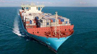 Skip med mange kontainere på dekk.