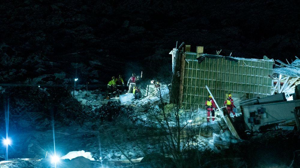 Redningsmannskaper i aktivitet i rasområdet ved Ask i Gjerdrum søndag kveld, 3. januar.
