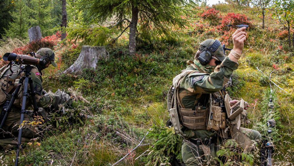Soldater fra Telemark bataljon trener med nanodronen Black Hornet som brukes til oppklaring.