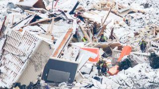 Redningsarbeidere avbryter søket i ruinene, etter at en alarm ble utløst i området. Sju personer er funnet omkommet og tre er fortsatt savnet etter det store jord- og leirskredet som ødela flere boliger på Ask i Gjerdrum onsdag 30. desember.