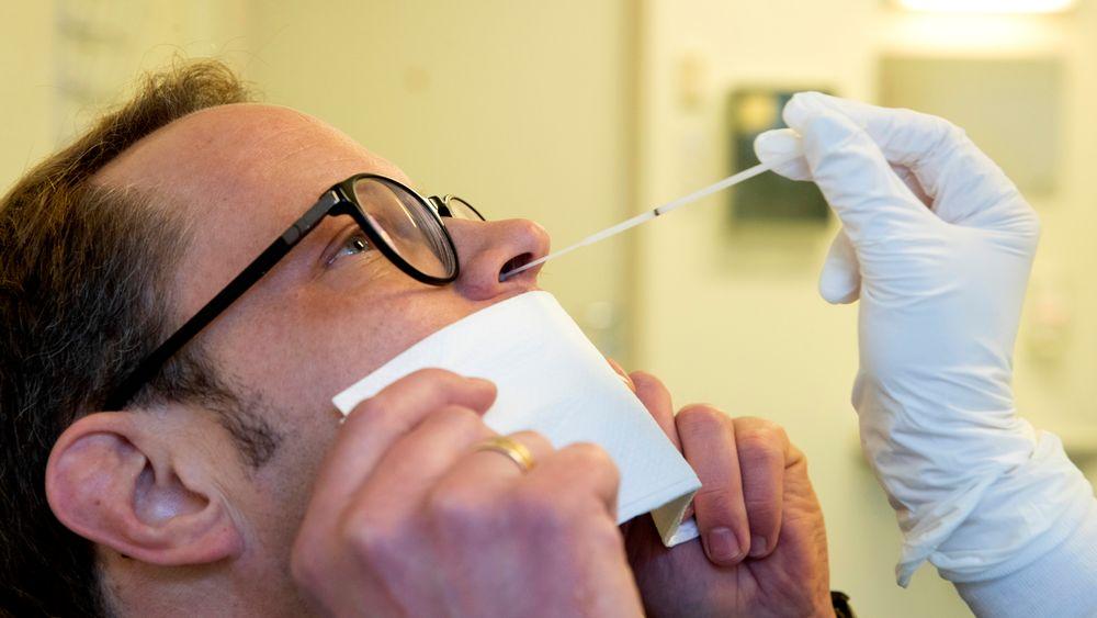 Den beste metoden til å redusere smitterisiko er å teste samtlige i Norge i et slags nasjonalt screeningsprogram, skriver fagekspertene i dette debattinnlegget.