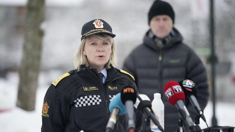 Politimester i Øst politidistrikt Ida Melbo Øystese sa tirsdag at det ikke lenger er håp om å finne overlevende i skredet i Gjerdrum. Gjerdrum-ordfører Anders Østensen i bakgrunnen.