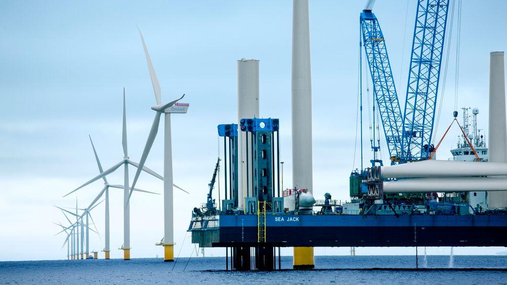 Fra byggingen av havvindparken Anholt utenfor Danmark.