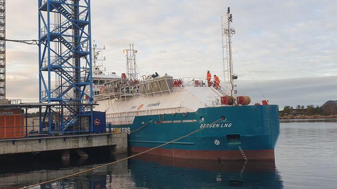 Nå kommer tankeren som skal levere naturgass til Hurtigruten – men de har ingen skip å levere til
