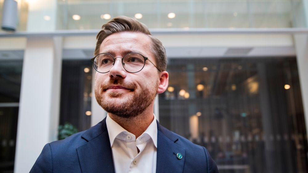 Klima- og miljøminister Sveinung Rotevatn (V) sier ja til soner med forbud mot fossilbiler i byer som Oslo og Bergen.