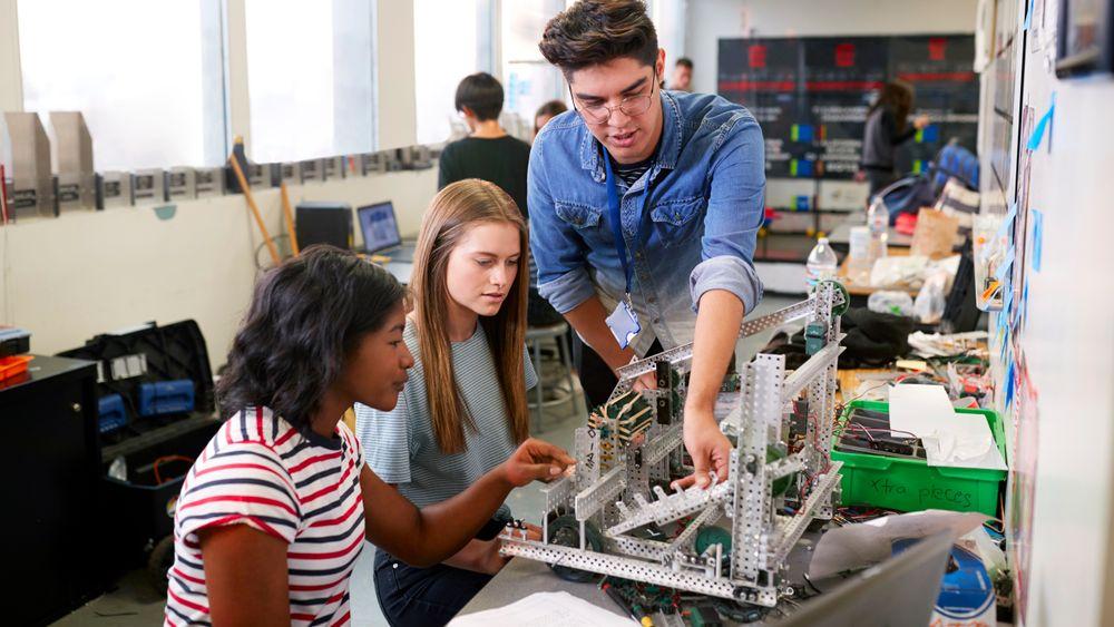 Teknologi må ta en større plass i den eksisterende undervisningen, men også ha et eget selvstendig fag, ifølge Danske Gymnasier.