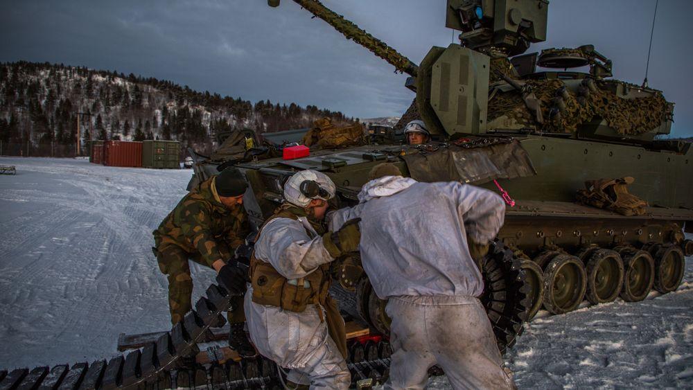 Soldater fra reparasjonslaget Kampstøtteeskadron 6 i Porsanger bataljon bytter belter på en CV90 OPV under en øvelse i slutten av november 2020. Oppklaringsvogna er uten sensormast og -hode, og framstår derfor som en «vanlig» stormpanservogn.