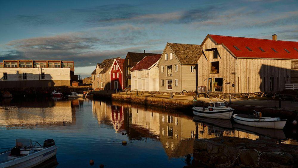 Sjøhusbebyggelse ved innseilingen til Nordrevågen på Utisra. Sjøreisen fra Haugesund til øya tar ca. 70 minutter.