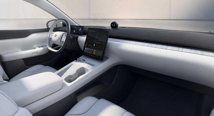 Bilen har minimalisitsk og moderne interiør.