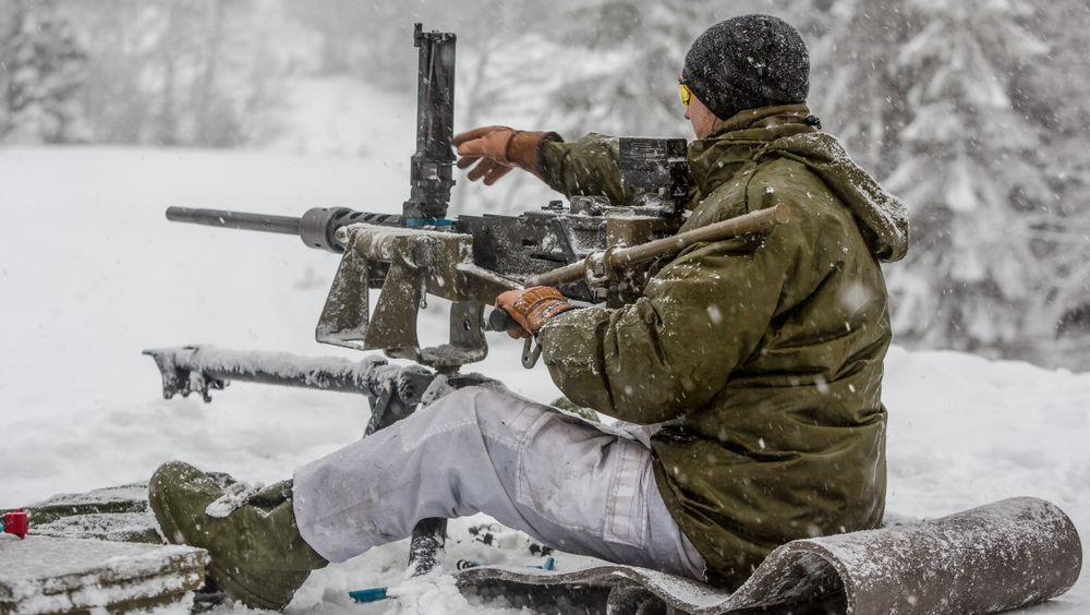 Elevene på Teknisk linje, Hærens befalsskole på Rena, får prøve seg med 12,7 mm mitraljøse for første gang på en øvelse i 2017.