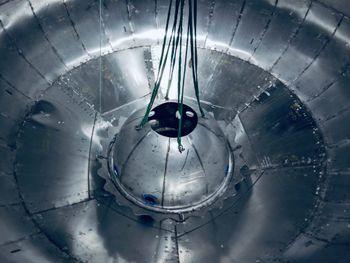 Den runde (halv)kulen i midten er den såkalte header-tanken, som er en tank midt i hovedtanken. Header-tanken mater motorene under landing, og det ble forsøkt å bytte til denne tanken under testing nylig.