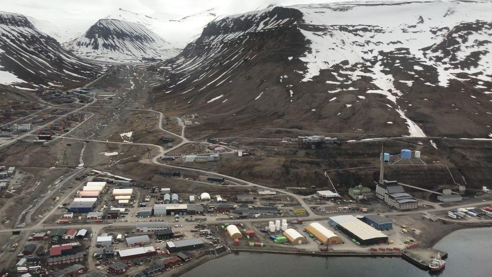 Kullkraftverket (til høyre i bildet) produserer strøm og fjernvarme til Longyearbyen. Nå skal det erstattes av en mer miljøvennlig energibærer. Regjeringen foreslår flytende naturgass eller pellets.