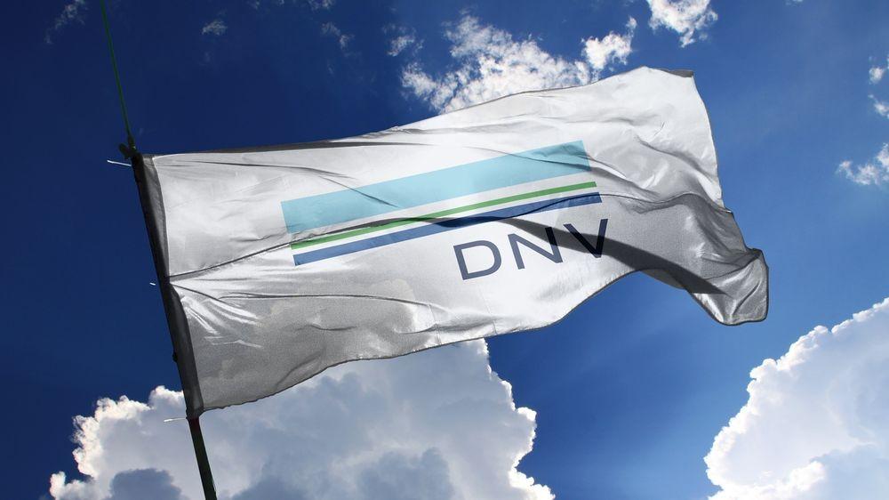DNV har kvittet seg med GL i logoen, flyttet DNV til høyre, men ellers ikke gjort endringer.