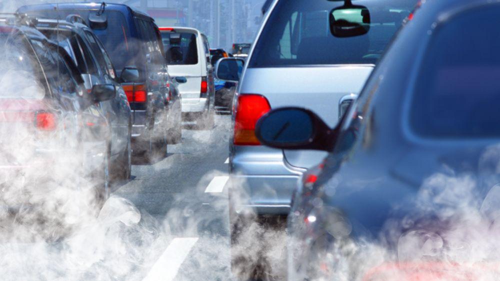 Økt CO2-avgift vil også øke bensin- og dieselprisene med mellom 4 og 5 kroner literen, siden disse bilene er kilder til utslipp. Men regjeringen er åpen for å holde bilene unna avgiftsøkningen.
