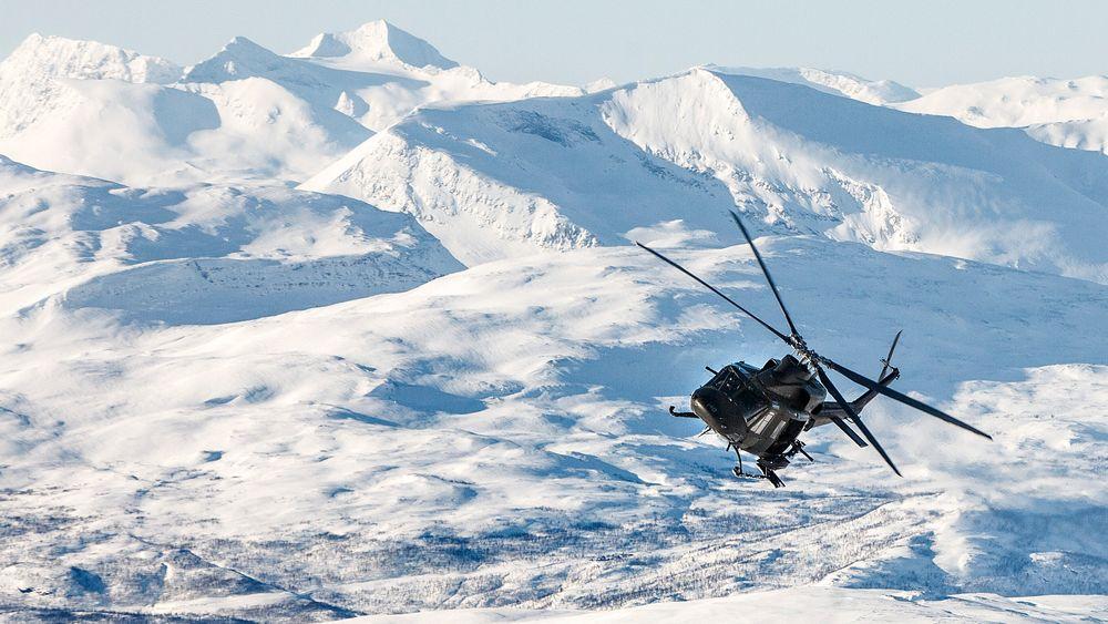 Et Bell 412 transporterer soldater fra Hæren under øvelsen Cold Response i 2014.