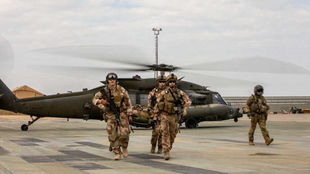 Norske soldater ved Nortu 6 trener på sanitetsevakurering med en US Army Black Hawk på Al Assad-basen i Irak i 2020. Dersom Sikorsky lykkes, blir det i 2024 med norske helikoptre i stedet.