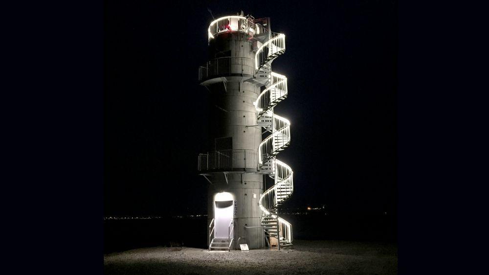 Været kan være tøft i Vardø og andre steder på kysten. Disse betongtårnene bøyer ikke av for vinden.