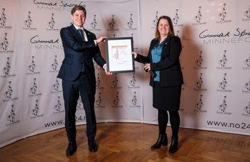 Avdelingsdirektør Bente Hoff i NSM mottar diplomet for Sønstebyprisen 2021 av Jonas Sønsteby, styremedlem i Sønstebyfondet og barnebarn av Gunnar Sønsteby.