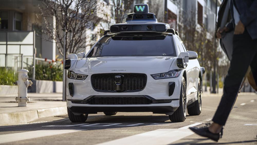 Nei, dette er ikke en selvkjørende bil. Det er naturligvis bare et autonomt kjøretøy, ifølge Waymos nye språkdrakt.