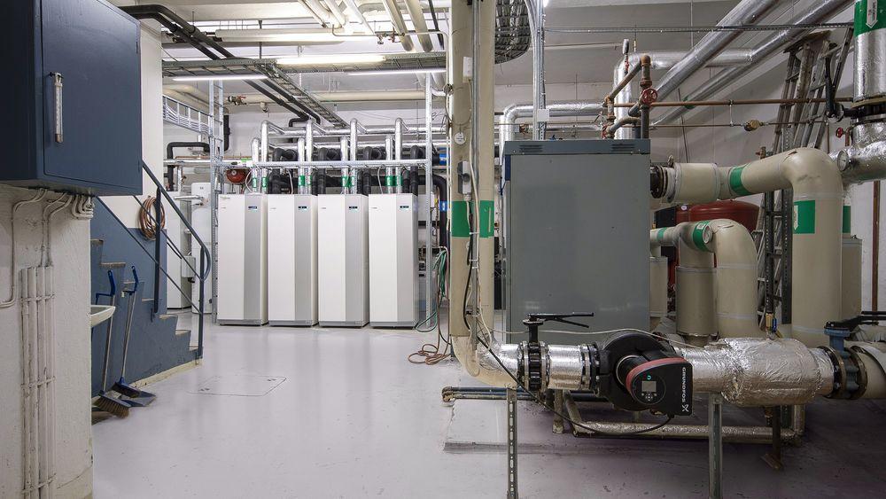 Kolsrud har nå installert bergvarme. Det er boret i alt 22 brønner på 300 meter i fjell. I energisentralen er det installert 4 stk. varmepumper som til sammen yter 240 kW, samt nytt varmtvannsystem tilpasset drift med varmepumpe.