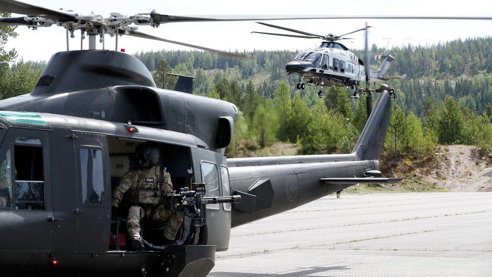 Forsvarets spesialkommando (FSK) i et av dagens Bell 412 øver sammen med et AW169 politihelikopter på Rena i fjor sommer.
