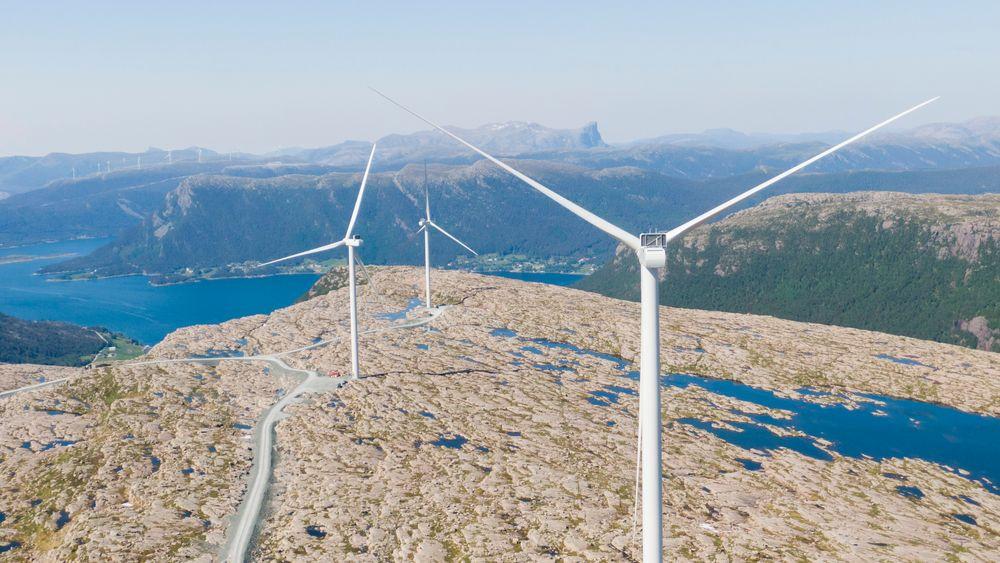 Vindkraftproduksjonen i Norge satte ny rekord i fjor. Her et bilde fra arbeidet med å montere vindmøller på Guleslettene vindpark like ved Florø.